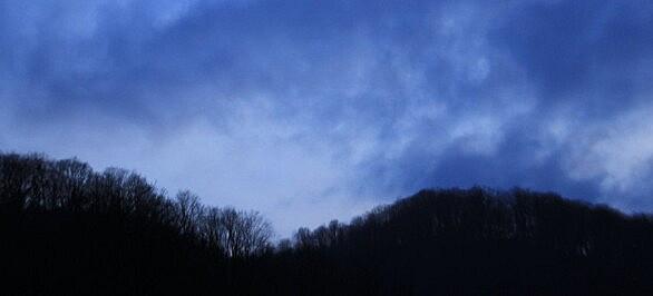 تاریک و مه گرفته و بارانی